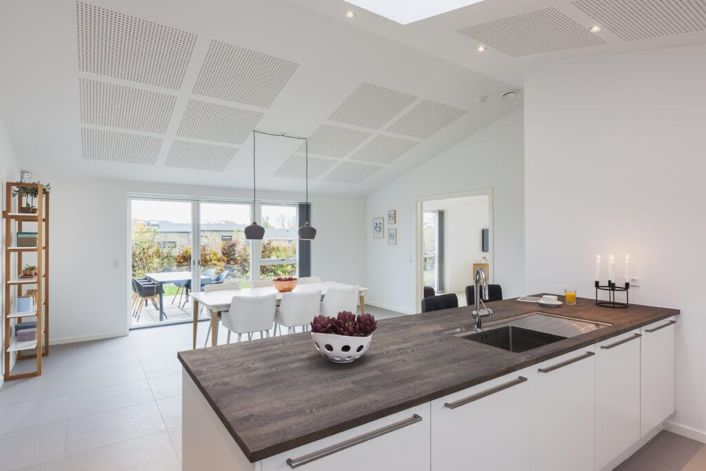 a konyha, a nappali és az ebédlő egy helyiségben